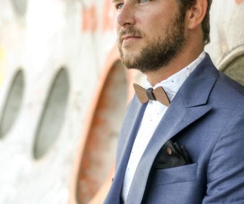 blauer anzug mit einstecktuch