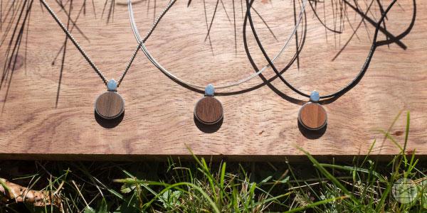 Nussbaum-Zwetschge-Ipe-Kettenanhänger-Holz-Silber-Stahlkette-Lederband